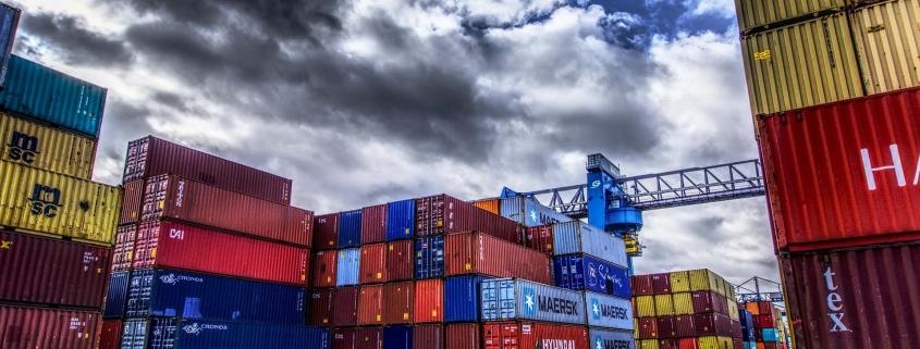 Transporte marítimo en contenedor en el puerto de Dakar